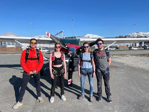 ENDELIG: Medlemmene i Tromsø Fallskjermklubb er strålende fornøyd med å få tilbake flyet sitt, omtrent åtte måneder etter ulykken på Tromsø lufthavn.