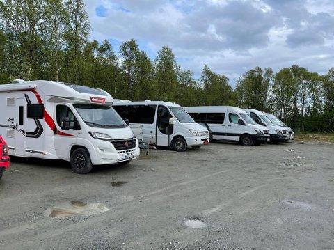 PARKERING: Her står både bobiler og minibusser parkert.