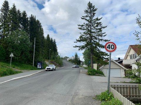 KLAGER: En beboer i Dramsvegen i Tromsø hevder hagen hans blir nedtisset av studenter. Nå ber han om støygjerder.