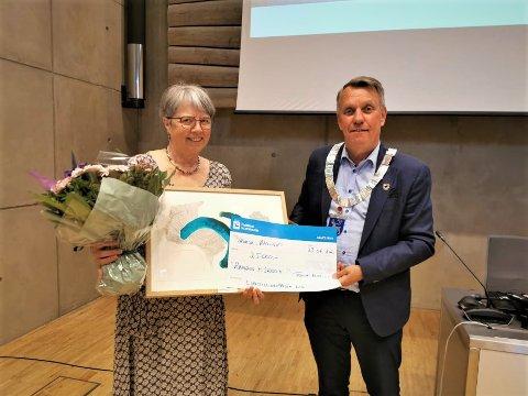LIKESTILLING: Rønnaug Myre Sandvik fikk overrakt prisen av ordfører Gunnar WIlhelmsen.