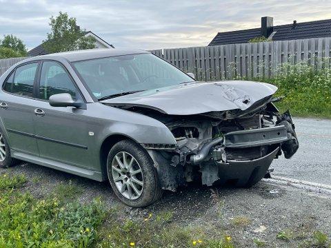 LYKTESTOLPE: Fronten på bilen har fått seg et skikkelig smell, og begge airbagene er utløst.