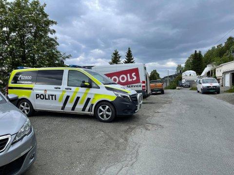 Her er politiet på plass på Gammelgård. Foto: Elvira Kolsing