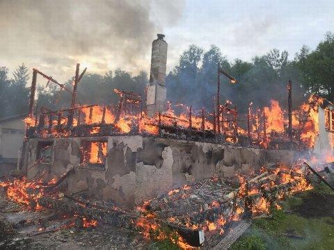 Her sluker flammene siste rest av huset.
