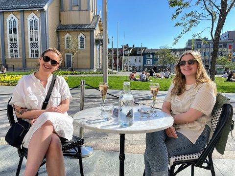 TROMSØ: Camilla Bjørn Olsen (31) og Ida Karoline Hausberg (35) satt ute i godværet. Olsen forteller at Tromsø er flinkere enn Trondheim når det kommer til å overholde smittevernet.