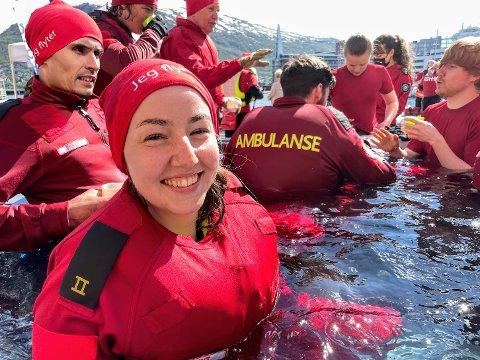 SVØMMEUNDERVISNING: Emilie Strand (26) og resten av paramedisinstudentene ønsket å sette fokus på den norske svømmeundervisningen.