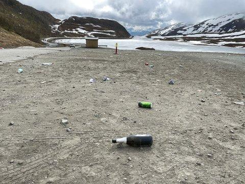 SØPPEL: Flasker, røykpakker, russekort og ølbokser lå strødd på parkeringsplassen i Finnvikdalen.