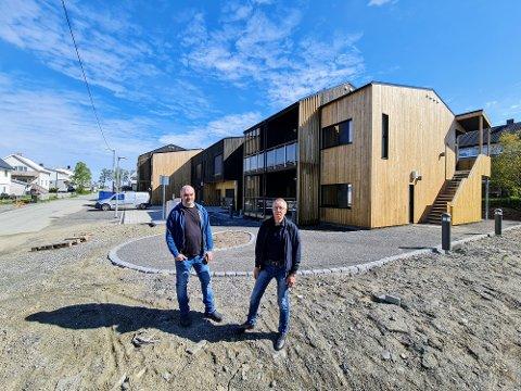 TOMT: Avdelingsleder Trond Strøm. og enhetsleder John Pedersen foran det splitter nye bygget i Fergevegen.