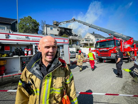 PÅ PLASS: Uttrykningsleder i Tromsø Brann og Regning, Erik Benjaminsen, forteller at de har rykket ut med alt av mannskap. Foto: Torgrim Rath Olsen