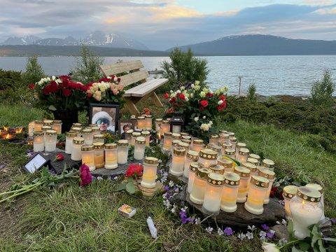 BLOMSTER: Det er lagt ned både blomster og lys ved ulykkesstedet i Malangen.