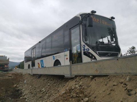 SITTER FAST: Her er bilde av bussen som sitter fast i Skulsfjord.