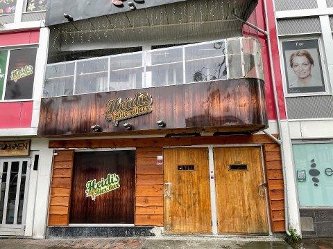MÅ STRAMME INN: Heidis Bier Bar får påpakning for at avstandsreglene ikke overholdes av alle gjestene.