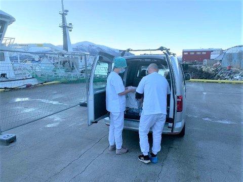 BEHOV: Ansatte ved koronasenteret har ofte behov for å frakte potensielt smittede og utstyr mellom knutepunkter, som her hvor de bistår et fiskefartøy med antatt smitte om bord.