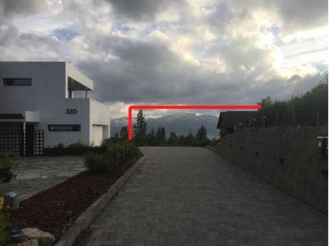 FORSVINNER: Slik har naboene i Fagerlivegen forsøkt å illustrere at utsikten forsvinner, hvis det bygges stort og høyt i Senjavegen 43B.