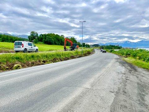 SKRAPET VEKK: Nå er det 30 km/t som gjelder langs hele strekninga etter at rundt 1,5 km med asfalt er skrapet vekk.