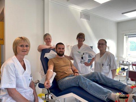 GI BLOD: Her har Joakim Mortensen fra Tromsø nettopp gitt blod. Fra venstre: Gøril Tårnes, Maria Israelsson, Joakim Mortensen, Åsa Helstrøm og Juni Andersen.