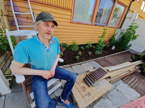 BLOMSTER: Tommy Andreassen har plantet blomster han håper skal vare i år etter år. Han har planer om å bo her lenge.