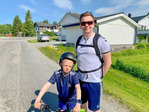 FARLIG VEI: Kasper Haldorsen Nordahl (7) og Vidar Halvorsen mener det er trafikkfarlig, både for folk, sykler og biler, og ferdes på Winston Churchills vei på Mortensnes.