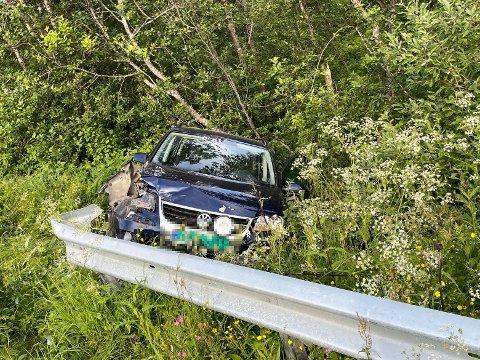 TOK MED AUTOVERN: Bilen har dratt med seg autovernet ut i skogen.