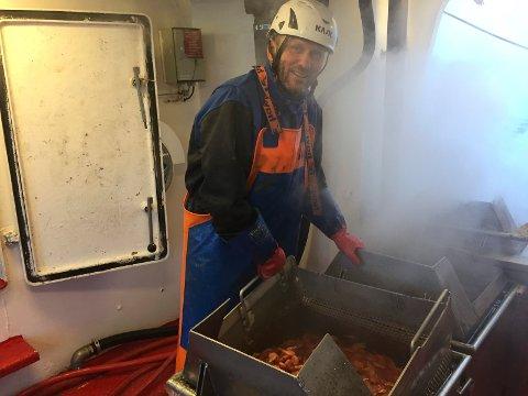 FORBAUSET: Daglig leder i Lyngen Reker AS, Jack-Robert Møller er forbauset over at rekene hans blir solgt for 500 kroner kiloet i Oslo. Her er han om bord på reketråleren «Svebåen» under rekefiske i Varanger.