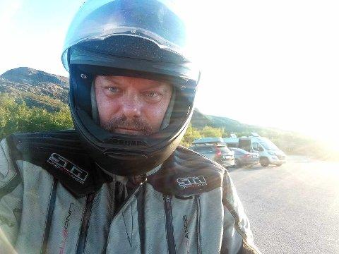 GRENSEFAST: Andreas Lück har kjørt 110 mil på motorsykkel fredag. Her var det bom stopp.