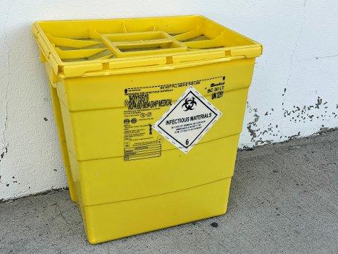 BOKSEN: Denne boksen med den noe skremmende merkingen sto utenfor UNN-bygget i månedsvis.