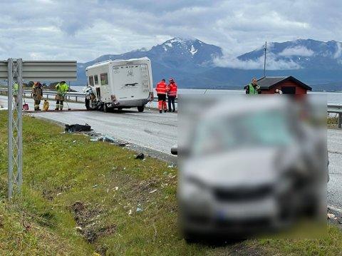 ULYKKE: Her står de to involverte kjøretøyene. Det er store materielle skader på begge to.
