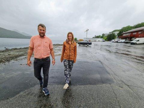 OLAVSVERN: Rune Normann Danielsen og Carite Fønnebø viser frem området hvor riggen «Trans Ocean Enabler» skulle lagt til i august. Oppholdet ble avlyst på grunn av koronapandemien.