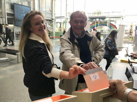 SAMMEN: Anna og Tore Stokland forhåndsstemte på Rådhuset i Tromsø tirsdag. De var begge usikre på om de er i byen på valgdagen - men sikre på hvem som skulle få deres stemme. Da ble det forhåndsstemming som var beste løsning.