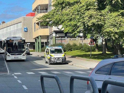 Her er politiet på plass i krysset Elvegata/Skippergata.