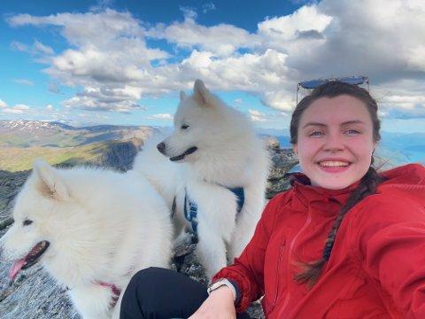 LEILIGHET: Julia Bjørklund (21) og de to samojed-hundene Hendrix og Floyd sliter med å finne seg et nytt sted å bo.