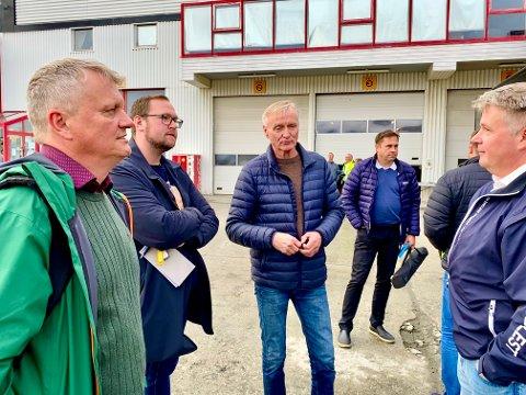 VEILØFT: Samtlige politikere var enige i at det trengs et løft for fylkesveiene. - Vi må få et system som sikrer at midlene som trengs faktisk blir brukt på fylkesveiene, sa nestleder i Norsk Lastebileierforbund, Alf Ervik (i midten). Fra venstre: Ivar B. Prestbakmo (Sp), Erlend Svardal Bøe (H), Per-Willy Amundsen (Frp).