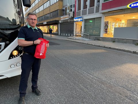LØP UT AV BUSSEN: Dionizy Pokusa stanset bussen og løp over gata for å hjelpe den blødende mannen. Foto: Elvira Jeanett Kolsing