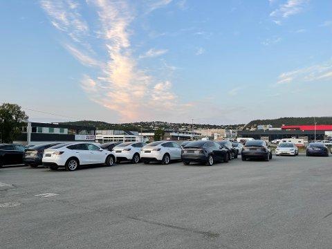TESLA: Her står alle de nye bilene parkert i Tromsø.