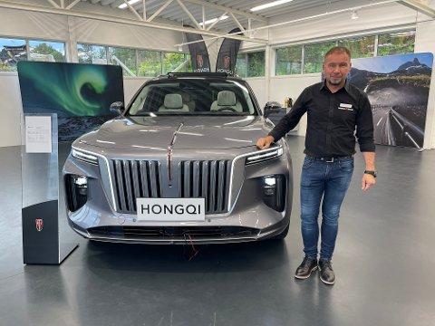 INTERESSE: Jan Erik Trondsen forteller at det har vært stor interesse for den kinesiske luksusbilen.