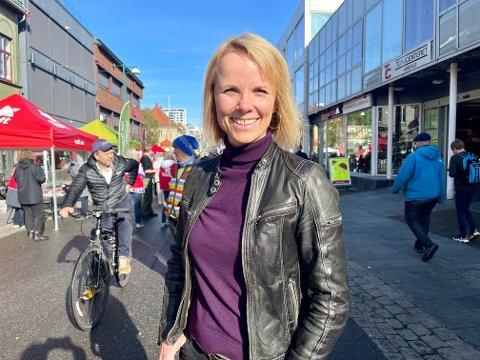 INFO: Ellen Norbakken forteller at hun har tatt seg en runde i Storgata for å hente inn mer informasjon om partiene.