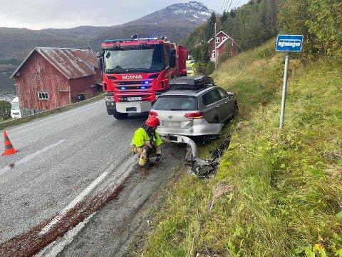 I GRØFTA: Bilen havnet i grøfta i det som er en 60-sone på E8 i Ramfjord.