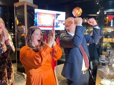 FULL JUBEL: Cecilie Myrseth og Nils Foshaug, kandidater for Ap i Troms, jublet da valgprognosen kom inn.