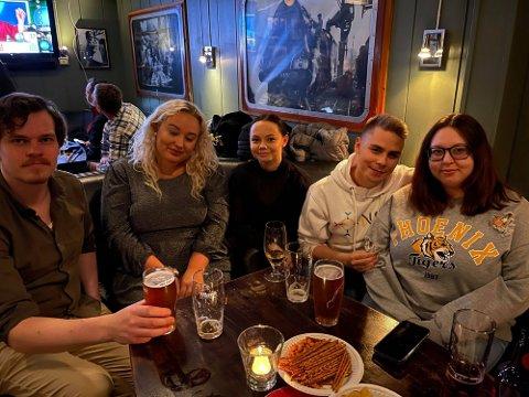 VALGVAKE: (f.v.) Anton Hauan, Oda Victoria Kjærvik, Sara Ellen Gaup, Mathis Oliver Sara og Silje Cathrin Sæbø er på plass på NSRs valgvake på Jernbanen i Tromsø.