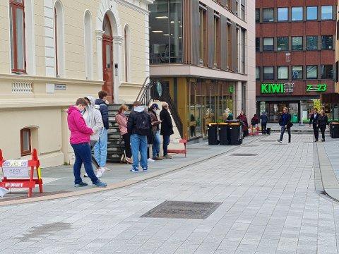 Svært mange testet seg i Tromsø mandag. Her er køen foran testsenteret i Fredrik Langes gate tirsdag.