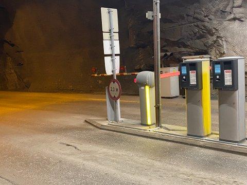 BOM STOPP: Det var ifølge sjåførens egen forklaring ved denne bommen at han ble stående fast. I bildet sees både parkeringsnaleggets bom i rødt, og den andre i rødt/hvitt.