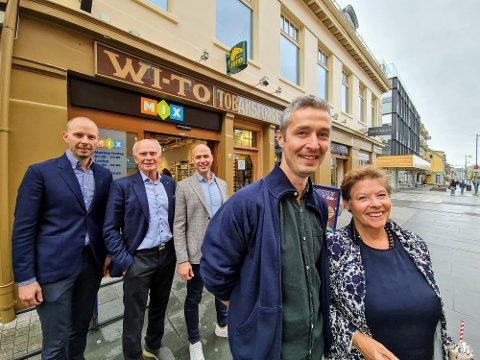 WI-TO: Foran står nåværende og tidligere daglig leder Daniel Akselsen og Randi Dyrkorn Willumsen. Bak står Thoralf Willumsen med sønnene Andreas (t.v.) og Håkon.