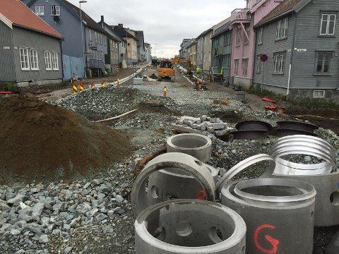 Her gjøres siste grunnarbeid før Storgatbakken blir klar for asfaltering.