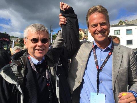 Tromsøordfører Jens Johan Hjort gratulerer kollega Ole Henrik Hjartøy i Bodø med statusen som Nord-Norges største tettsted.
