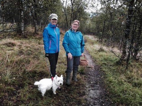 Ingun Voll (t.v.) og Grete Johansen i skogen over Kvaløysletta som nå åpnes for boligbygging.
