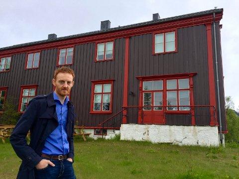 Peter Amundsen foran bispegården, hvor Amundsen Arkitektkontor nå lager detaljregulering for boliger.