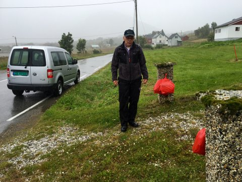 Erling Robertsen, daglig leder ved Norway Seafood avdeling Tromvik samler inn avispapir som bygdefolket henger ut ved gjerdestolpene sine.
