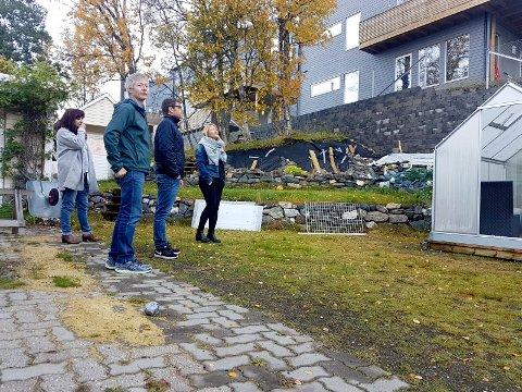 Norodd Nilsen har bodd her i 20 år med skog i bakgården. Nå har han fått en to meter høy mur. I bakgrunnen naboene Lena Alfredsen, Frode Eliassen og Lillian Lindtvedt.