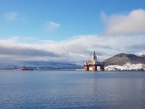 """PÅ SLEP: Her blir """"Songa Enabler"""" tatt på slep fra Olavsvern søndag. Riggen er mandag på vei ut fra Tromsø. Samtidig mobiliserer miljøorganisasjonene."""