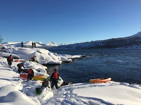 """Aksjonister i elvekajakker gjør seg klar til å gå på vannet for å stoppe riggen """"Songa Enabler""""."""