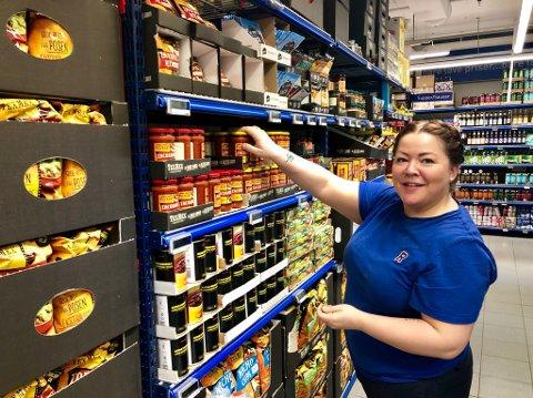 BEST FOR KUNDENE: Kjøpmann Kete Bjørnå ved Rema 1000 på veita i Tromsø vil savne varefremmerne, men mener det blir best for kundene at hun som eier av varene sørger for å fylle hyllene selv.